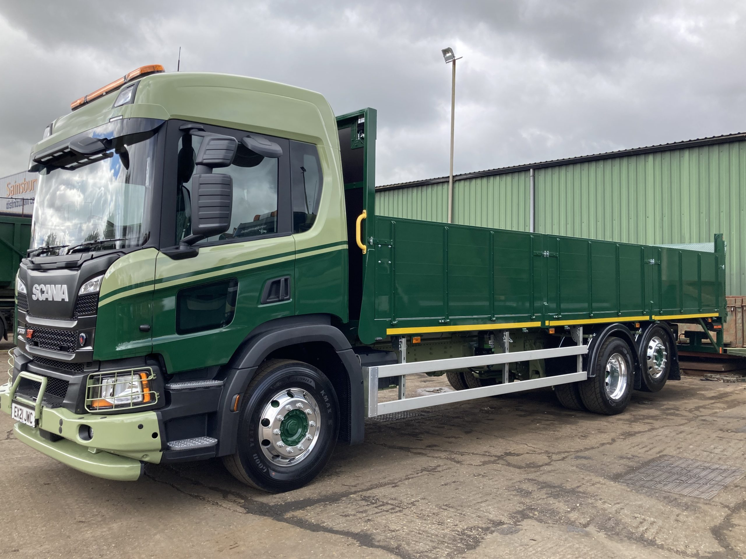 Flat bed lorry with drop down sides